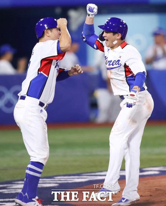 2020 도쿄올림픽 야구 B조 조별리그 1차전 대한민국과 이스라엘의 경기가 29일 일본 요코하마 스타디움에서 열린 가운데 한국 오지환(오른쪽)이 동점 투런포를 날린 뒤 강민호와 환호하고 있다. /요코하마=뉴시스