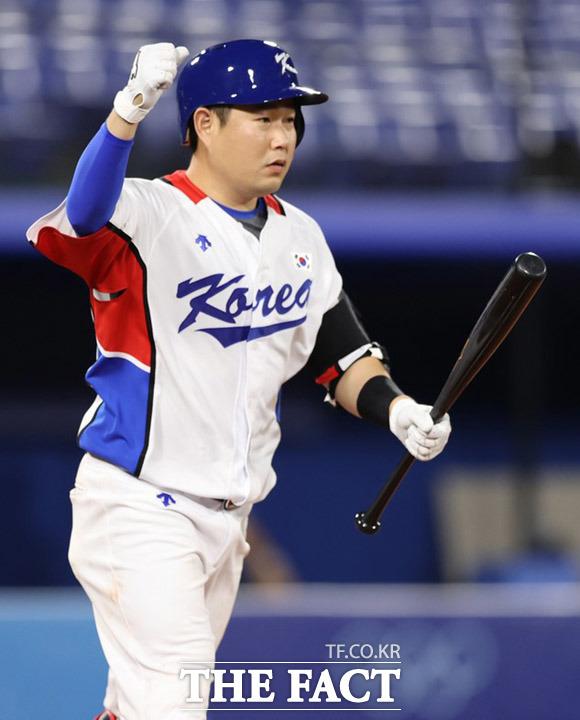 2020 도쿄올림픽 야구 B조 조별리그 1차전 대한민국과 이스라엘의 경기가 29일 일본 요코하마 스타디움에서 열린 가운데 양의지가 연장 10회말 몸에 맞는 공으로 경기를 마무리 지으며 환호하고 있다. /요코하마=뉴시스