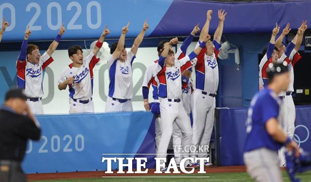환호하는 한국 야구대표팀.