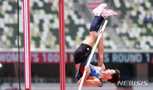 진민섭이 31일 오전 일본 도쿄 올림픽 스타디움에서 열린 도쿄올림픽 남자 장대높이뛰기 A조 예선에 참가하고 있다. /도쿄=뉴시스