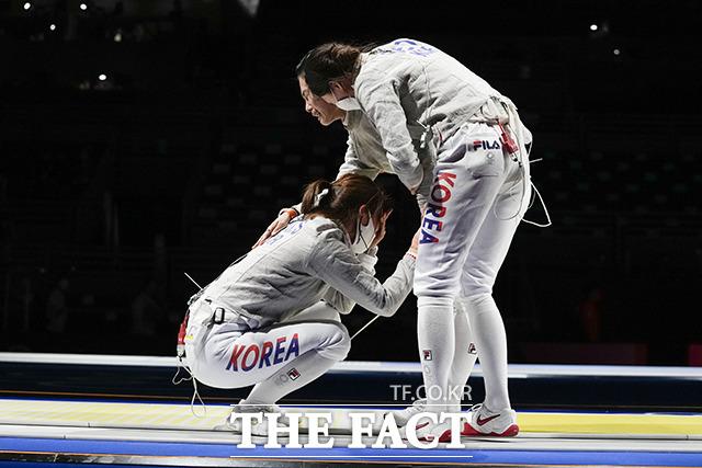 여자 사브르 대표팀이 31일 일본 지바 마쿠하리 메세B홀에서 열린 여자 사브르 단체 8강전에서 헝가리를 꺾고 기쁨의 눈물을 흘리고 있다. /도쿄=AP.뉴시스