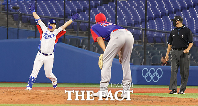 야구 국가대표팀이 도미니카공화국과의 경기에서 역전승을 거두며 승리했다. 사진은 김현수가 9회말 2사 3루 상황에서 끝내기 안타를 친 모습. /요코하마=뉴시스