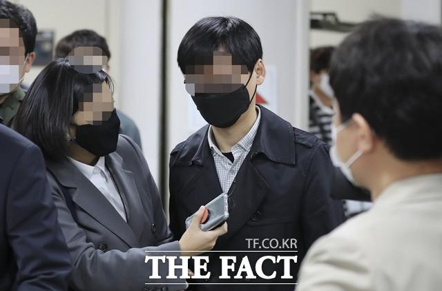 서울시 전 비서실 직원 A 씨가 지난해 10월 22일 서초구 서울중앙지법에서 열린 서울시장 비서 성폭력 혐의 관련 1차 공판을 마친 뒤 법원을 빠져 나가고 있다. /뉴시스