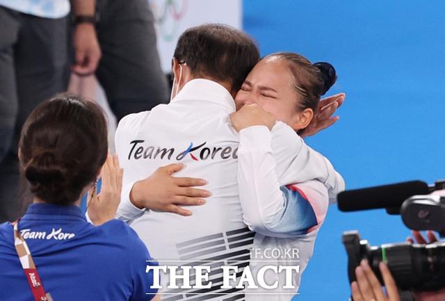 대한민국 기계체조 여서정이 1일 일본 도쿄 아리아케 체조경기장에서 열린 2020 도쿄올림픽 여자 도마 결승에서 동메달을 획득한 뒤 이정식 총감독과 기뻐하고 있다. /도쿄=뉴시스