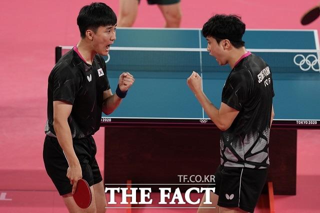이상수와 정영식(왼쪽부터) 2일 일본 도쿄 메트로폴리탄 체육관에서 열린 2020 도쿄 올림픽 남자 탁구 단체전 8강 첫 경기에서 승리해 환호하고 있다. /도쿄=AP.뉴시스