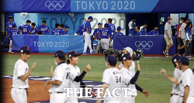 2020 도쿄올림픽 야구 준결승전 한국과 일본의 경기가 4일 오후 일본 요코하마 스타디움에서 열린 가운데 대한민국 선수들이 일본에 5대 2로 패한 후 아쉬워하고 있다. /요코하마=뉴시스