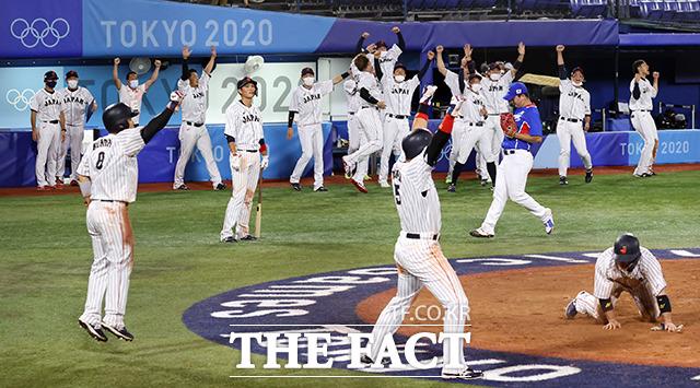 8회말 2사 만루 상황에서 야마다 테츠토에게 3타점 2루타를 맞은 고우적 주위로 일본 선수들이 기뻐하고 있다. /요코하마=뉴시스