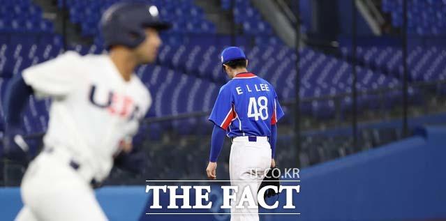 4회말 2사 주자없는 상황 대한민국 선발 투수 이의리가 미국 제이미 웨스트브룩이 홈런을 맞은 뒤 아쉬워하고 있다. /요코하마=뉴시스