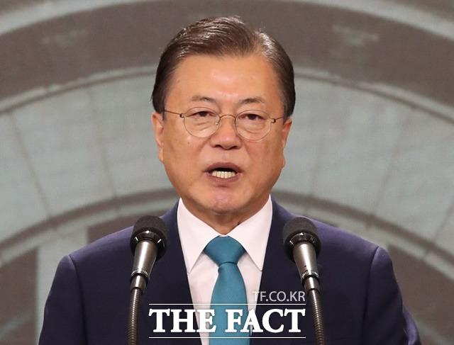 문재인 대통령이 15일 오전 서울 중구 문화역서울 284에서 열린 제76주년 광복절 경축식에서 경축사를 하고 있다. /뉴시스