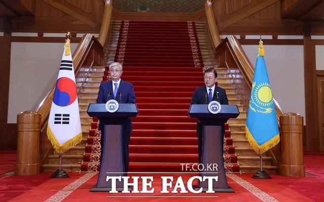 문재인 대통령이 카심 조마르트 토카예프 카자흐스탄 대통령과 17일 청와대에서 한·카자흐스탄 정상회담을 마치고 회담 결과를 발표하고 있다. /뉴시스