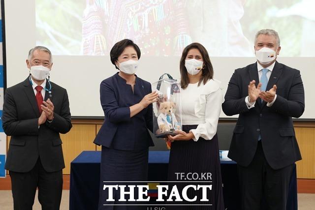 김정숙 여사가 25일 오후 서울 국제백신연구소(IVI)에서 마리아 훌리아나 루이스 여사에게 IVI의 마스코트 인형을 선물하고 있다. /뉴시스