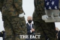 카불 테러 희생 미군 직접 맞은 바이든, '눈 질끈' 침통 [TF사진관]