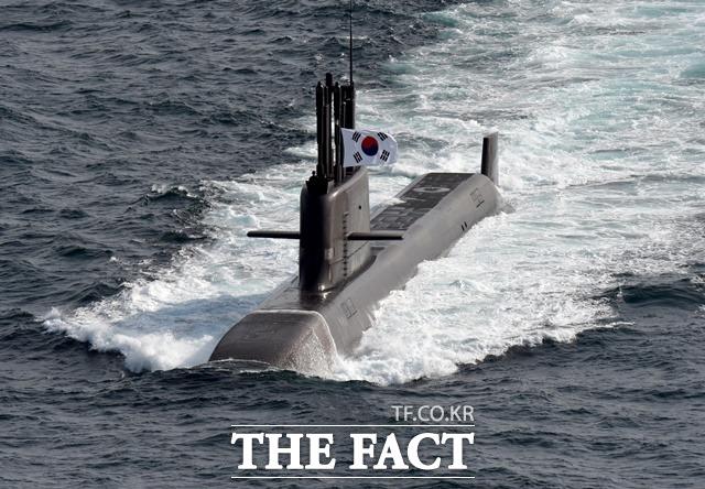 문재인 대통령이 15일 오후 국방과학연구소 종합시험장에서 진행된 SLBM 잠수함 발사시험을 참관했다. SLBM은 도산안창호함에 탑재되어 수중에서 발사됐으며, 계획된 사거리를 비행해 목표 지점에 정확히 명중했다. 도산안창호함 모습. /뉴시스