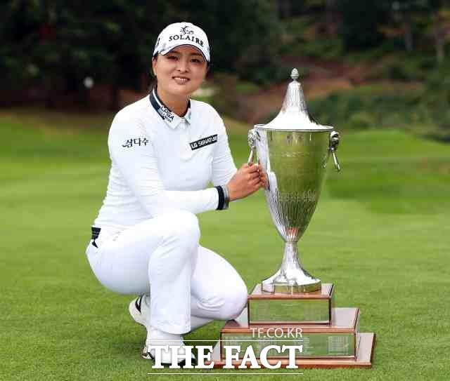 고진영이 20일 미 LPGA 투어 캠비아 포틀랜드 클래식에서 우승한 뒤 기념 포즈를 취하고 있다./웨스트 린(미 오리건 주)=AP.뉴시스