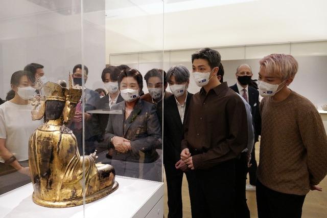 청와대에 따르면 김정숙 여사는 20일(현지시각) 미래세대와 문화를 위한 대통령 특별사절 방탄소년단(BTS)과 함께 미국 뉴욕 메트로폴리탄 미술관 한국실을 방문했다. /뉴욕=뉴시스