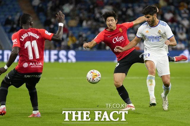 레알 마드리그전에서 수비에도 적극 가담하고 있는 이강인(가운데)./마드리드=AP.뉴시스