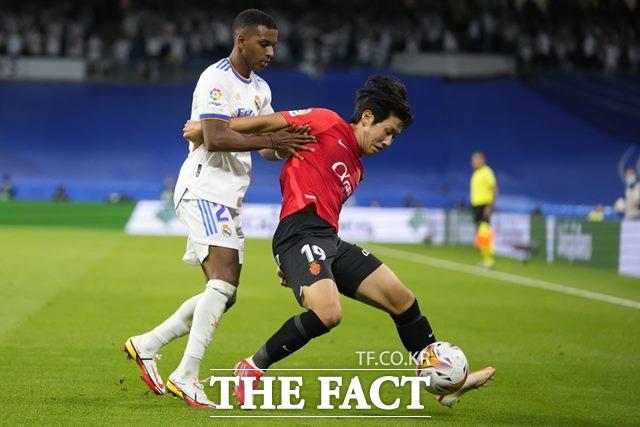 스페인 프로축구 마요르카의 이강인(오른쪽)이 23일 레알 마드리드와 라리가 6라운드에서 볼을 다투고 있다. 이강인은 이적 후 첫 선발과 풀타임, 첫골을 기록했다./마드리드=AP.뉴시스