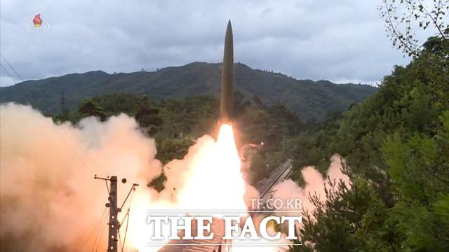 북한이 28일 동해상으로 단거리 미사일을 발사한 것으로 확인됐다. 최근 김여정 노동당 부부장의 유화적 담화에 배치되는 행보에 정부는 NSC 상임위원회 긴급회의를 열고 유감을 표명했다. 북한이 지난 15일 열차에서 탄도미사일을 발사하는 모습. /뉴시스