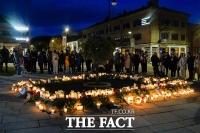'슬픔에 잠긴 노르웨이'… 화살 테러 희생자 추모하는 주민들 [TF사진관]