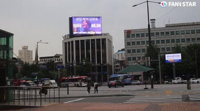 김현중, 생일 축하해 6일 가수 김현중의 생일을 맞아 서울 서대문구에 위치한 전광판에서 축하 영상이 상영 중이다. /팬앤스타